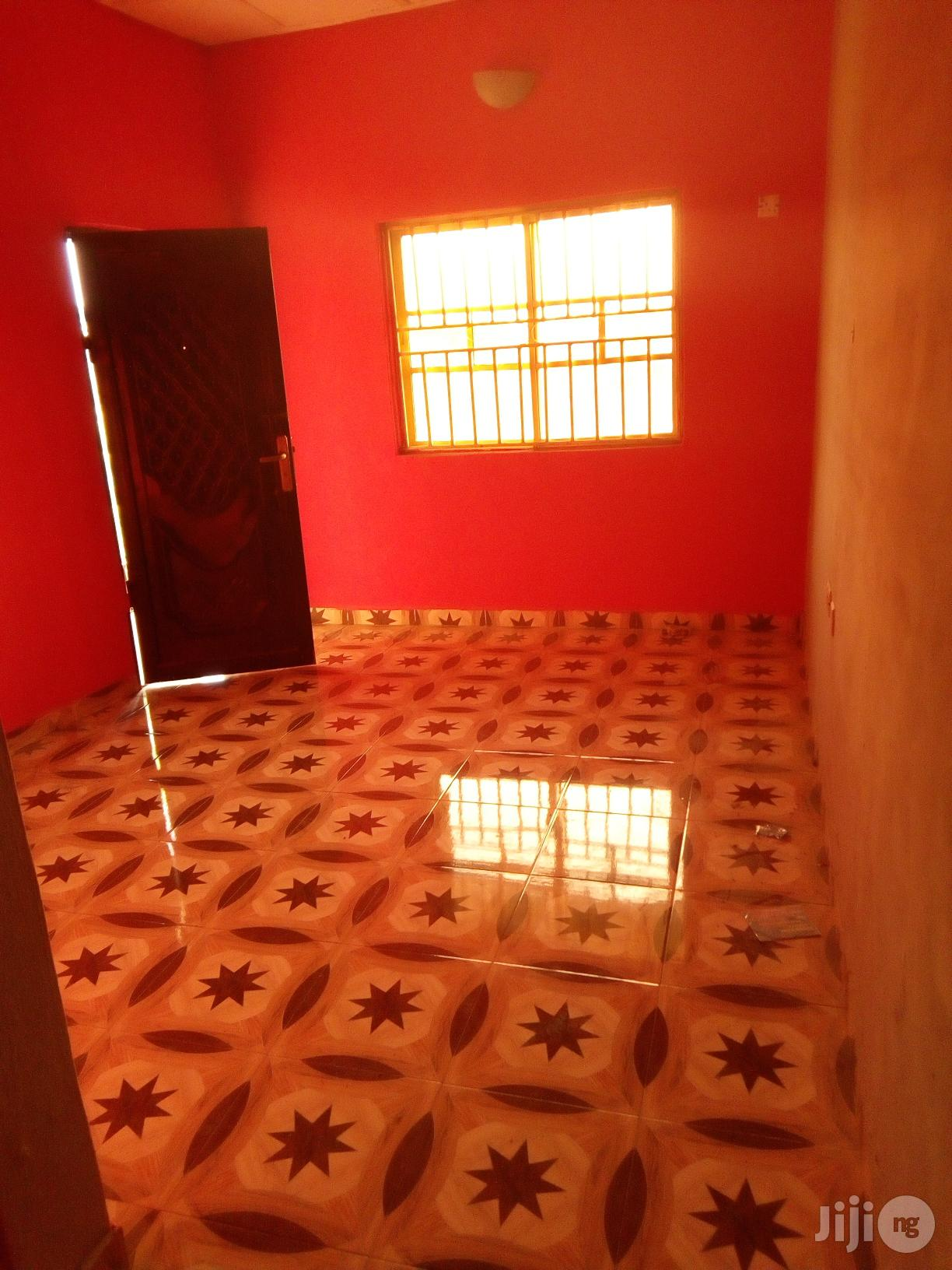 Room And Parlour Self Con (Upstairs) At Macaulay