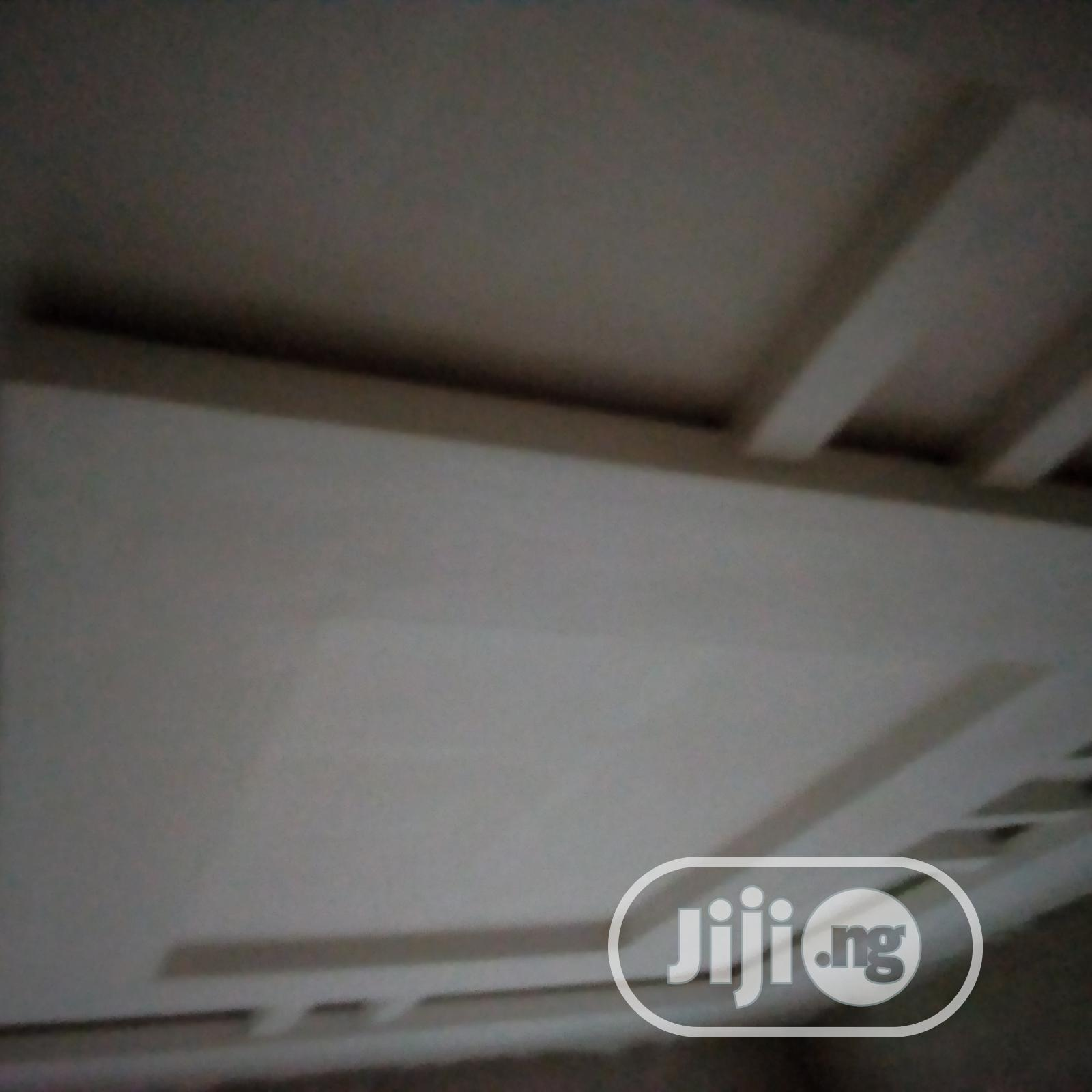 New World Digital White Ceiling Pop Installer And Screeding Experr | Building & Trades Services for sale in Nnewi, Anambra State, Nigeria