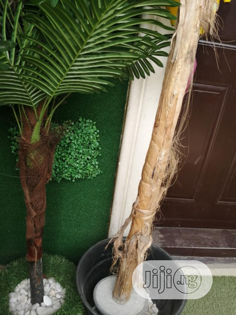 Decorate Your Front Door Wall With Artificial Grass