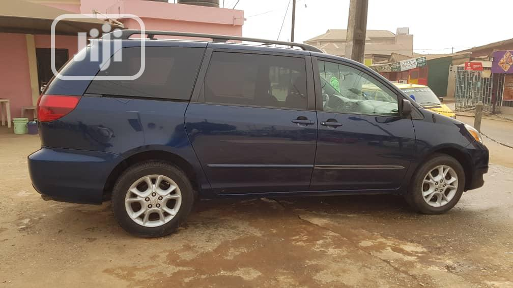 Archive: Toyota Sienna LE AWD 2005 Blue