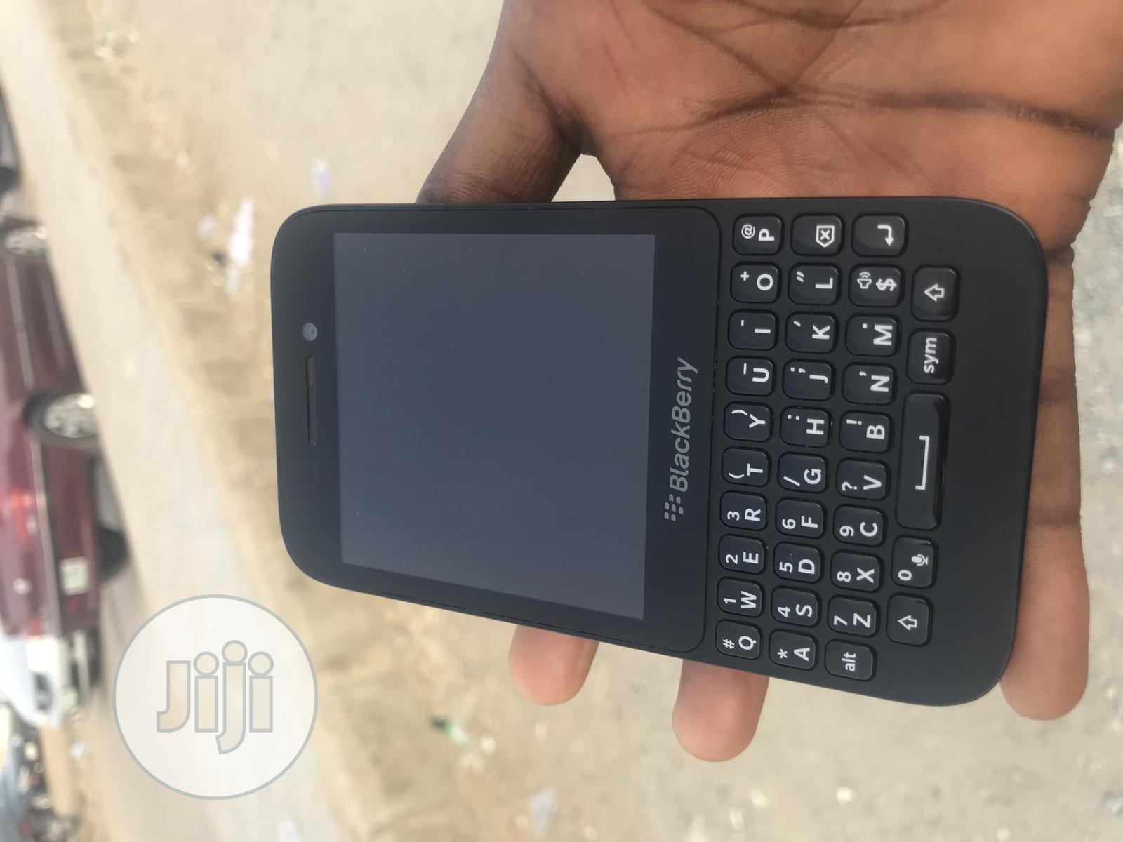 Archive: BlackBerry Q5 8 GB Black