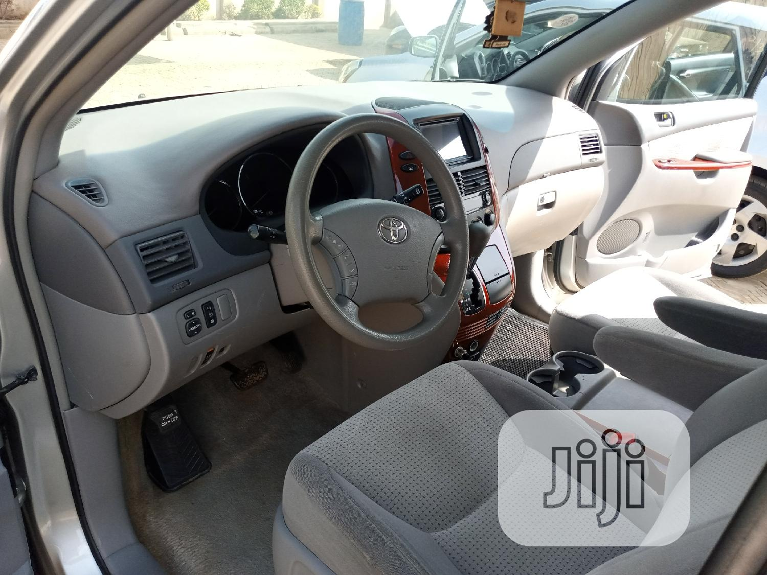 Archive: Toyota Sienna LE 2008 Gold
