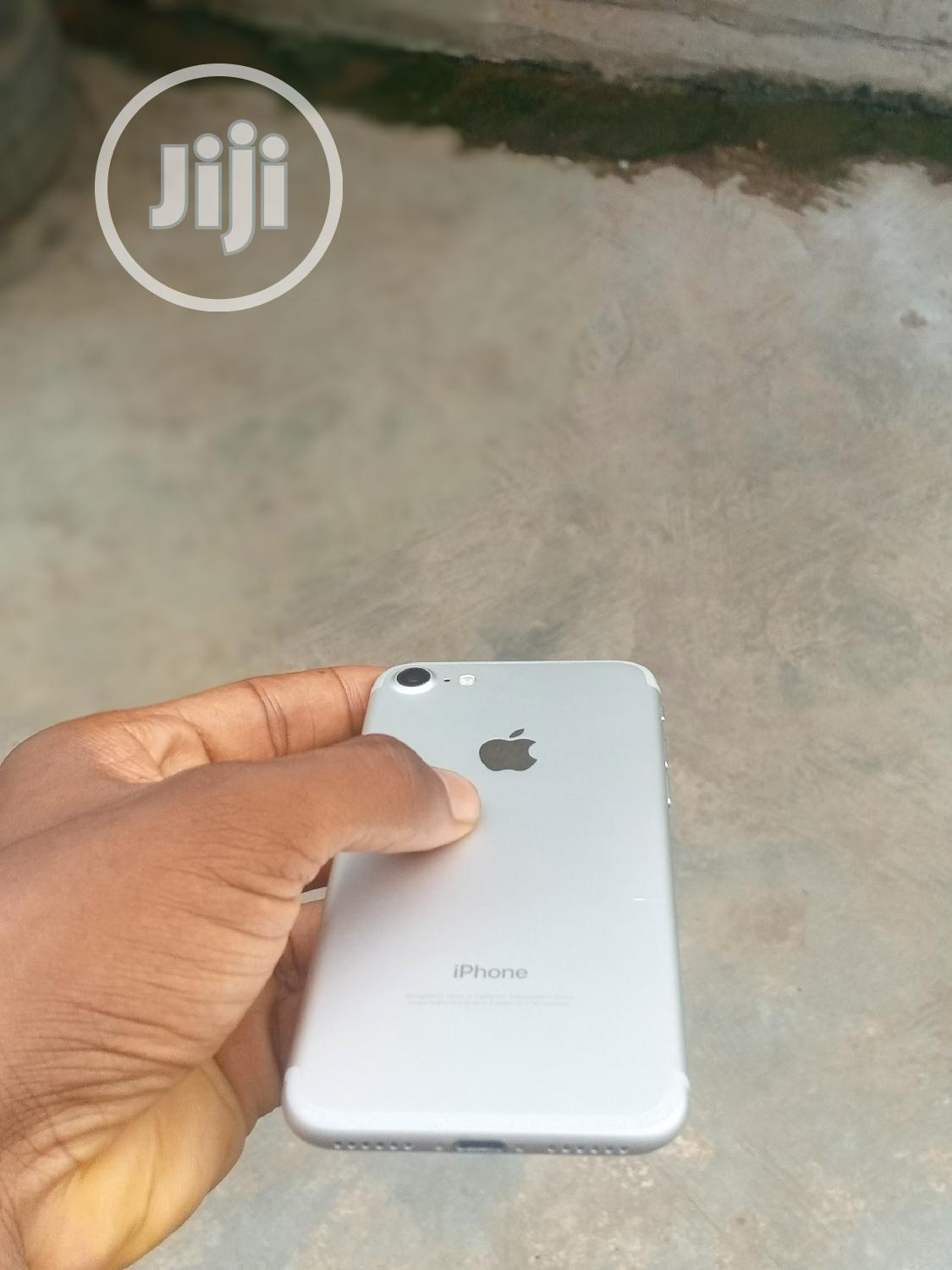 Archive: Apple iPhone 7 32 GB Silver