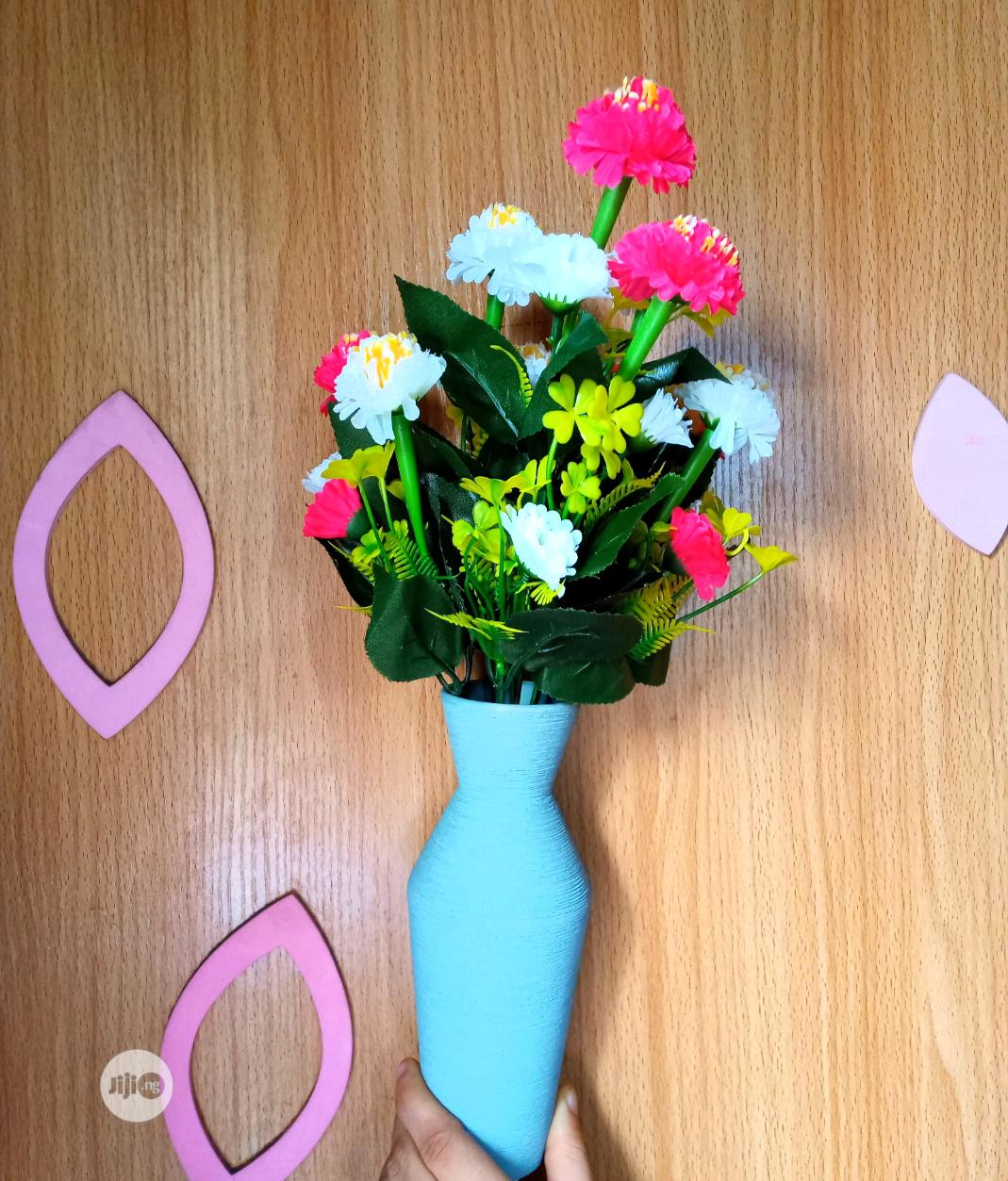 Table Top Flower Vase With Flowers