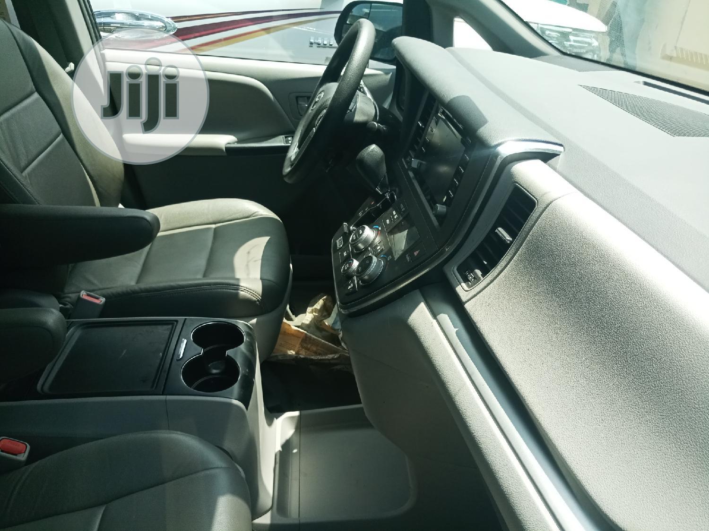 Archive: Toyota Sienna 2018 Gray