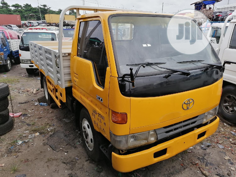 Toyota Dyna Yellow 200