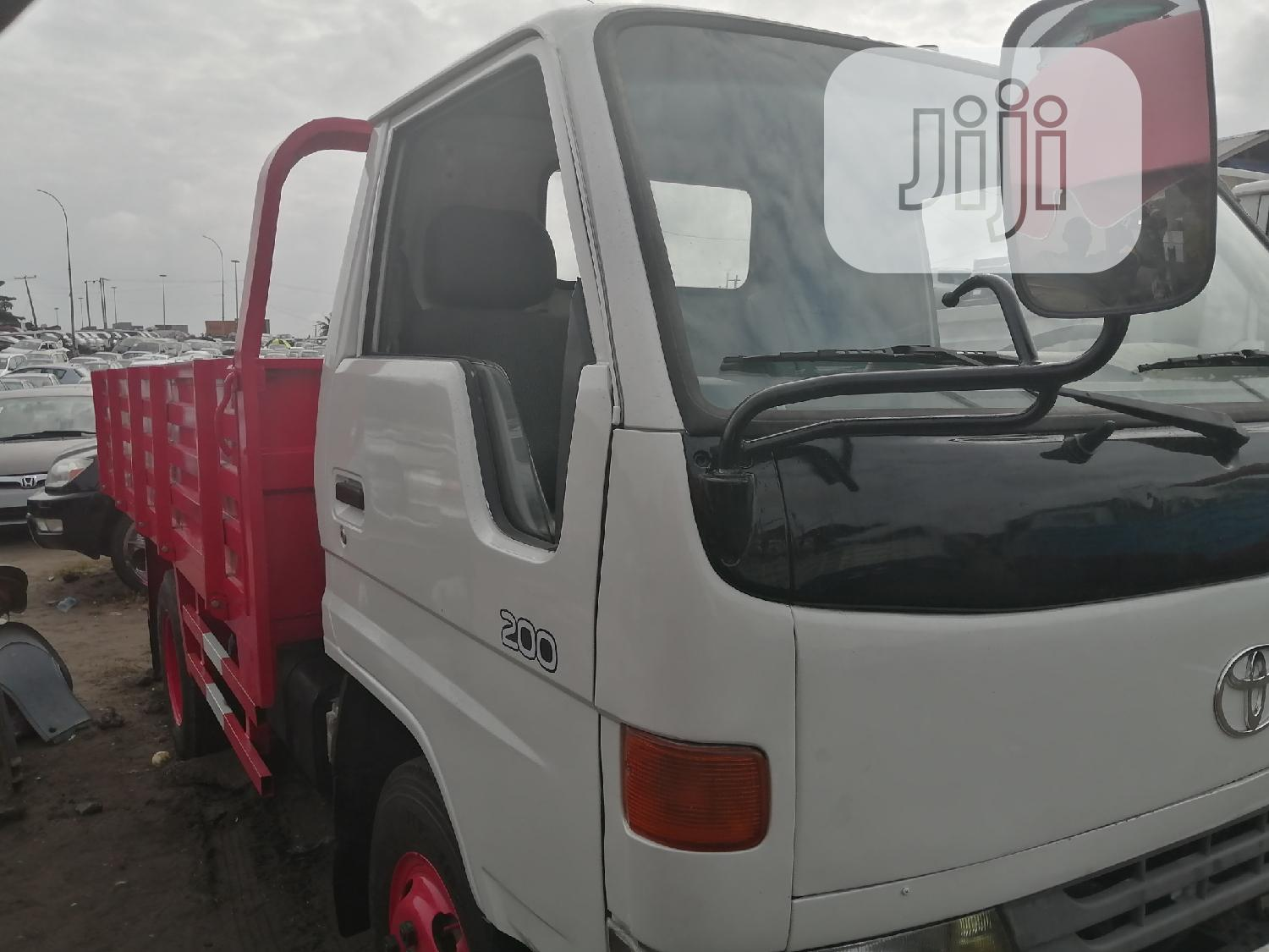Toyota Dyna 200 Normal White Red