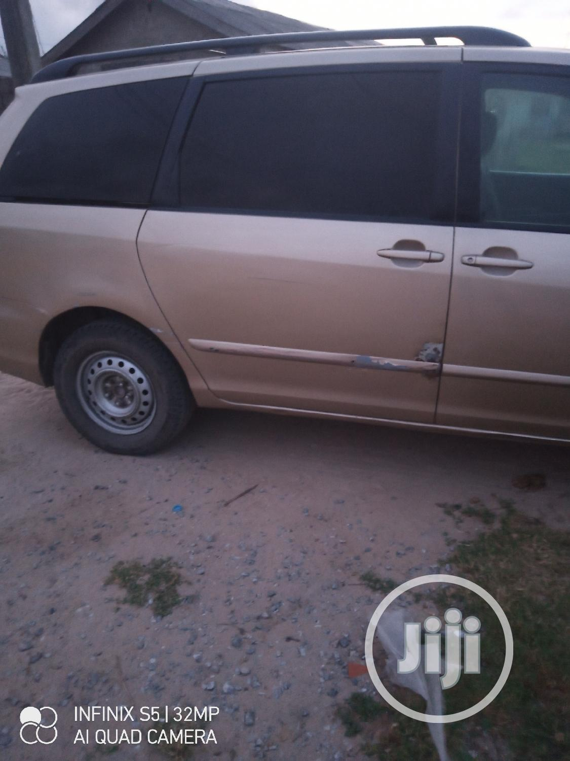 Archive: Toyota Sienna LE 2009 Gold