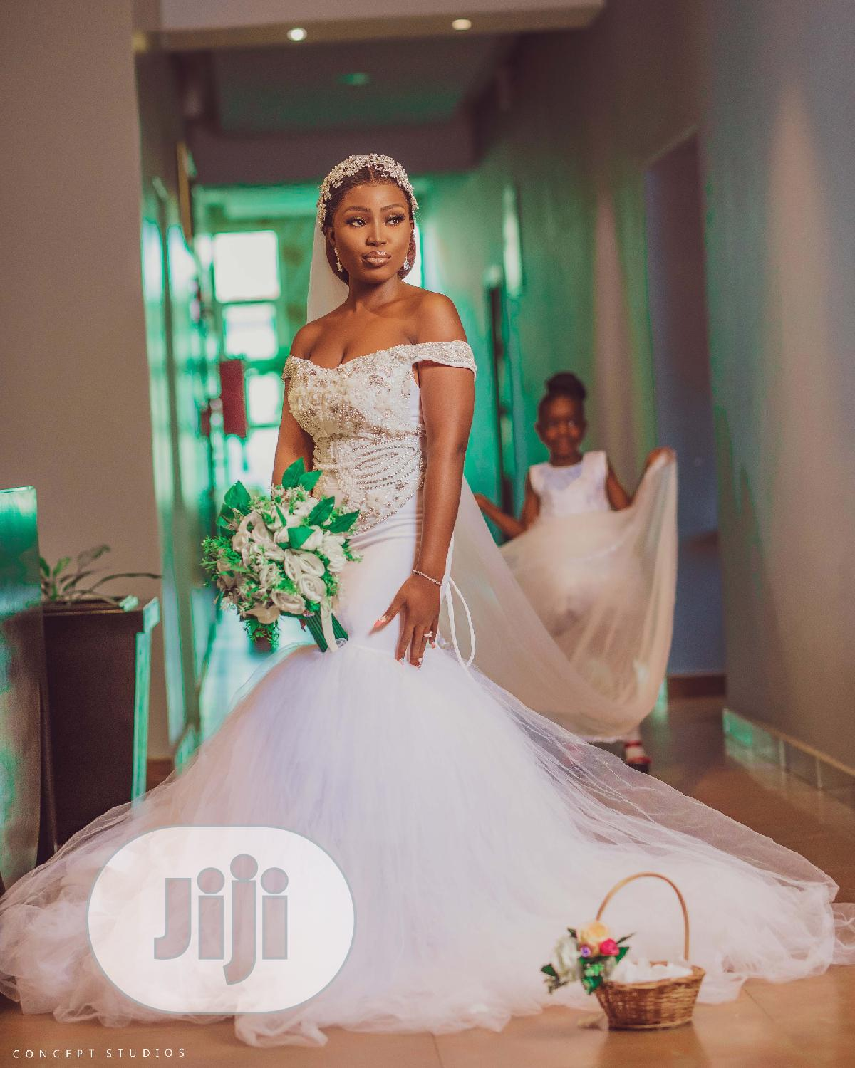 Beautiful Mermaid Wedding Dress And A Free Bouquet | Wedding Wear & Accessories for sale in Benin City, Edo State, Nigeria