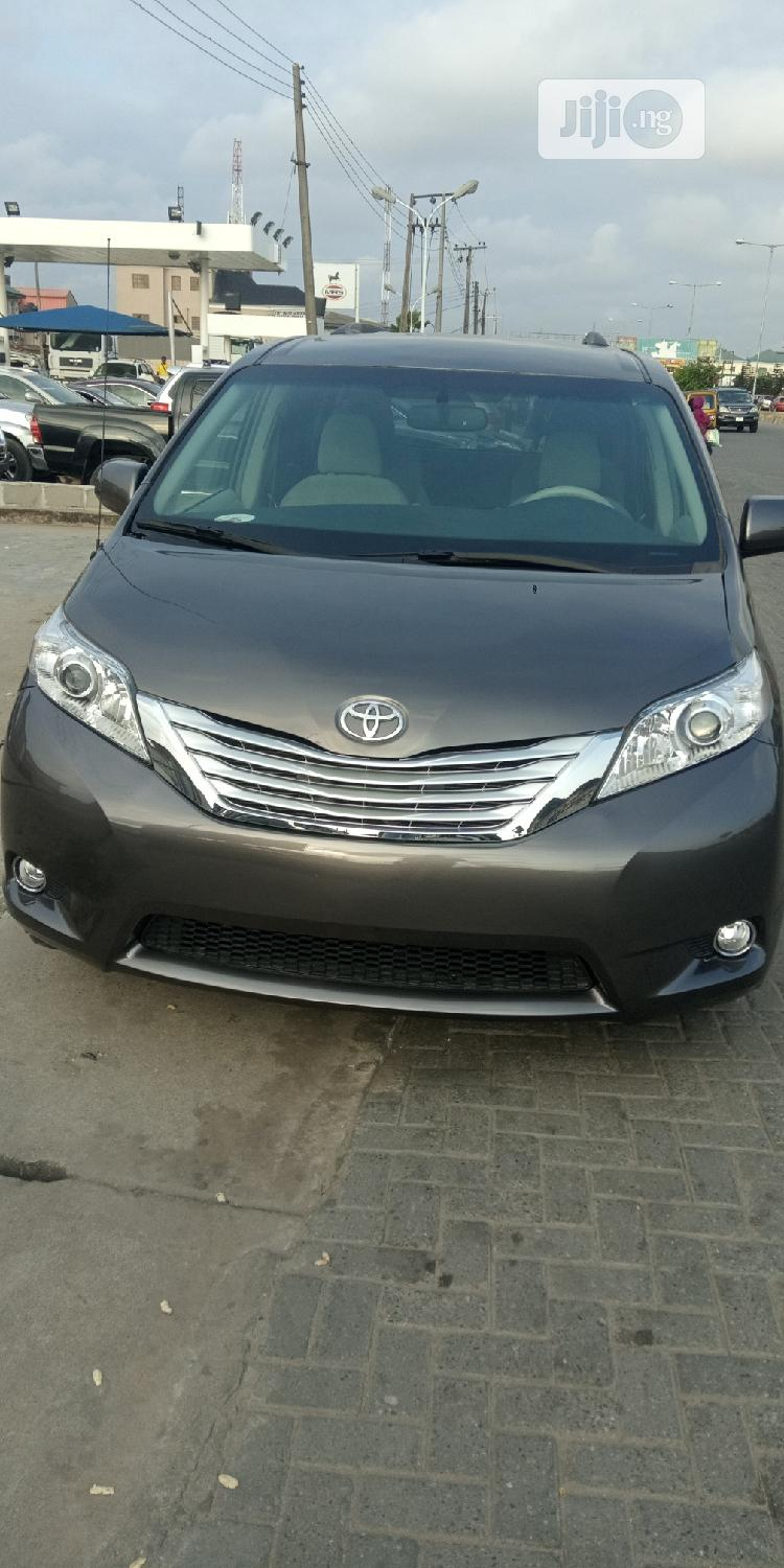 Archive: Toyota Sienna LE AWD 7-Passenger 2013 Gray
