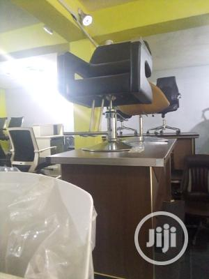 Super Unique Swivel Barbing Chair With Arms | Salon Equipment for sale in Abuja (FCT) State, Gwarinpa