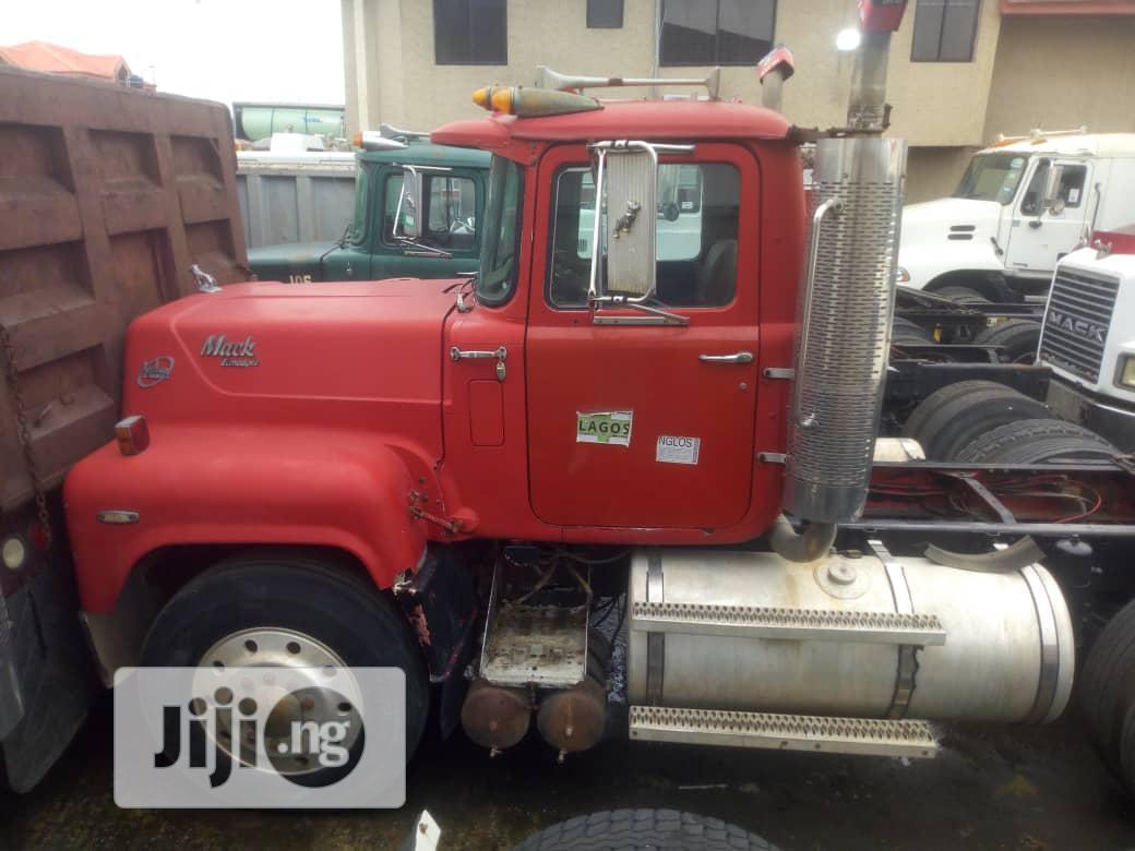 Clean Tokunbo Mack R-Model Valve Liner Tractor for Sale