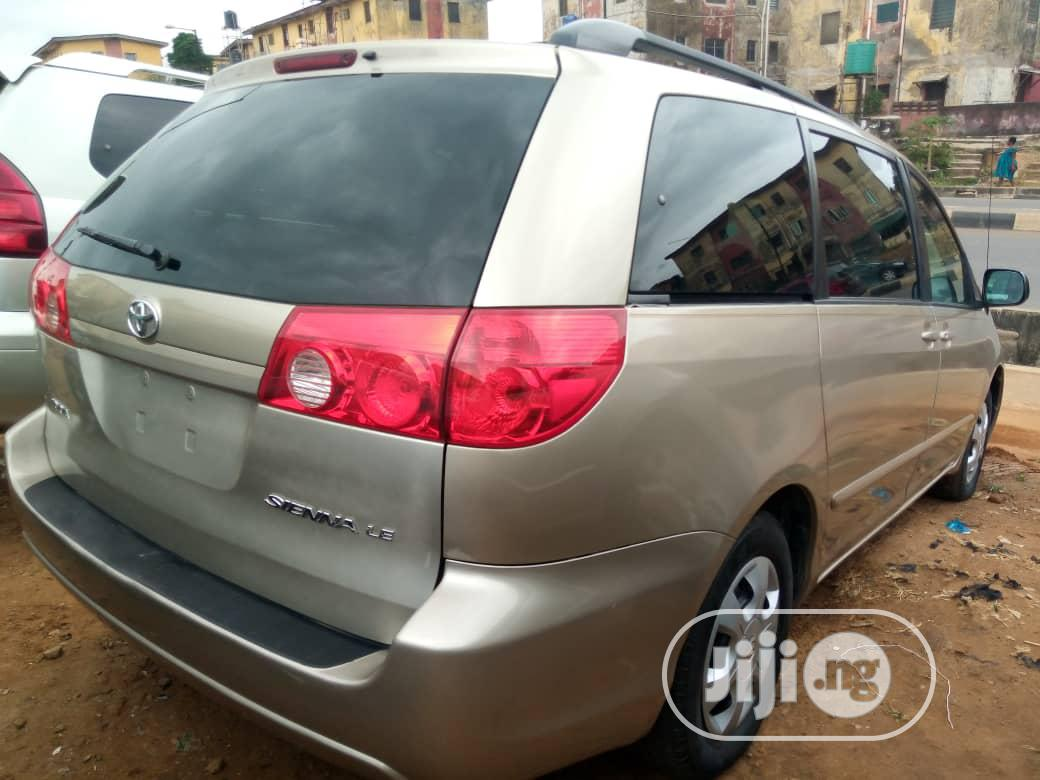 Archive: Toyota Sienna 2009 LE Gold