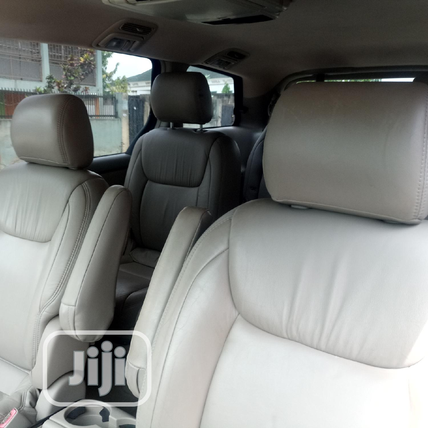 Archive: Toyota Sienna LE AWD 2005 Gray