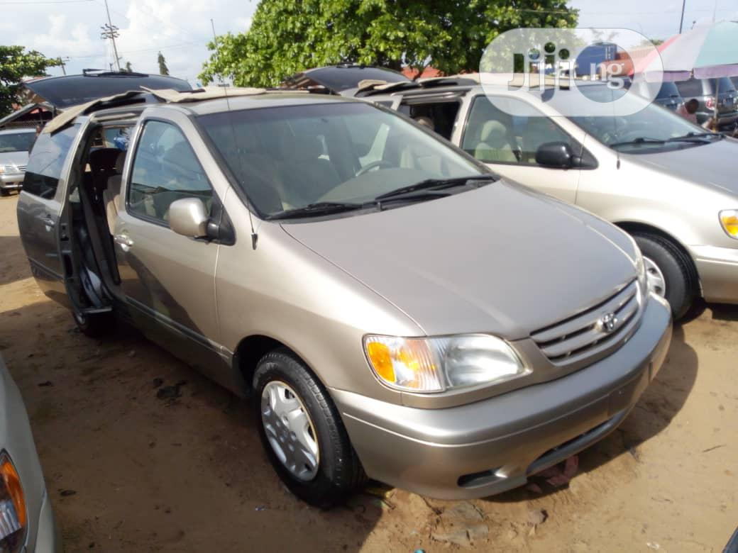 Toyota Sienna LE 2002 Gold