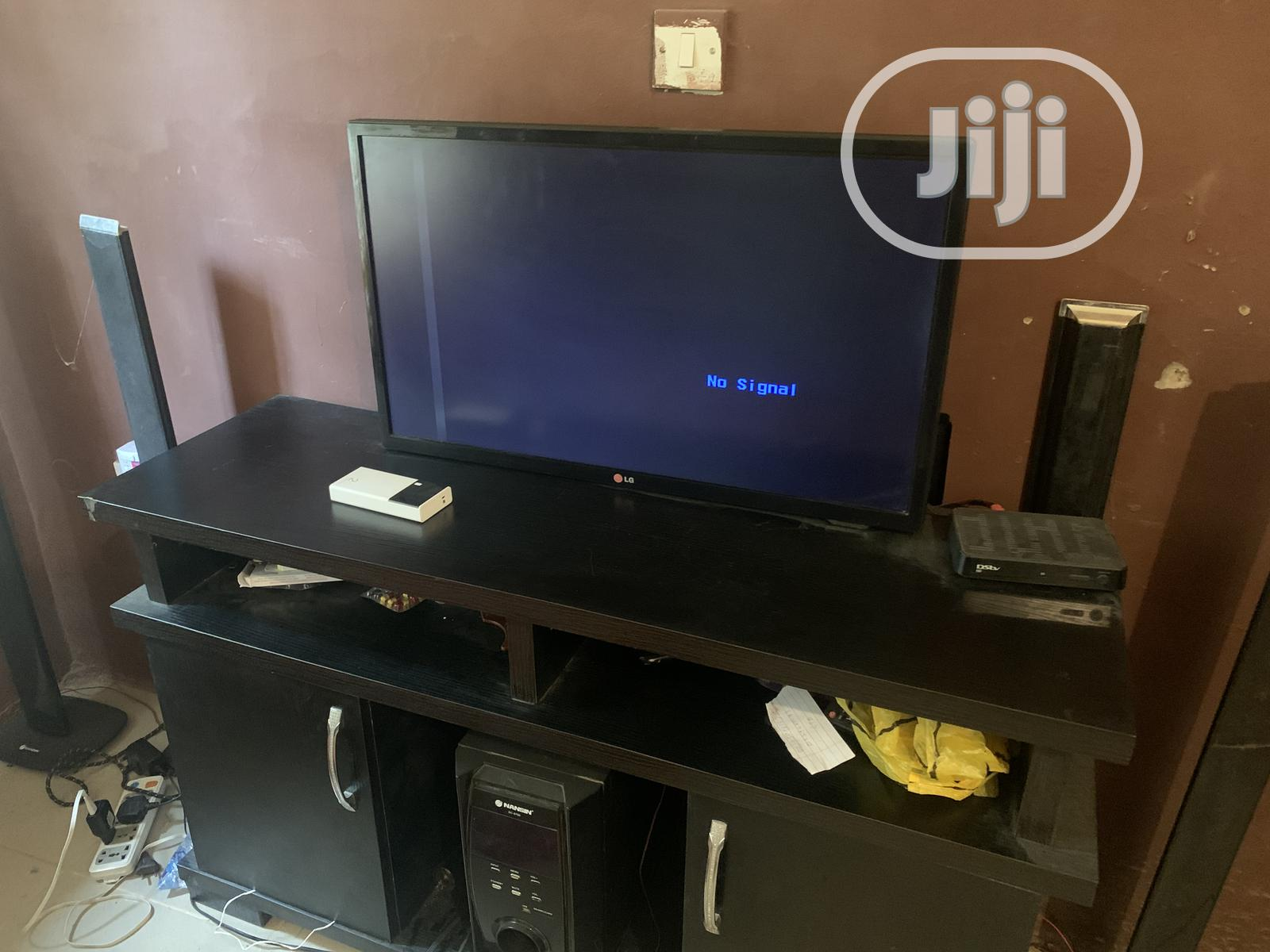 LG 32 Inches TELEVISION With a Straight Line | TV & DVD Equipment for sale in Ilorin West, Kwara State, Nigeria