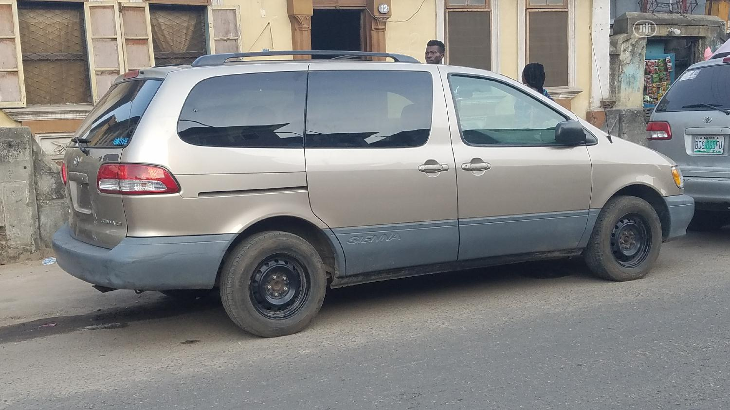 Archive: Toyota Sienna 2003 LE Gold