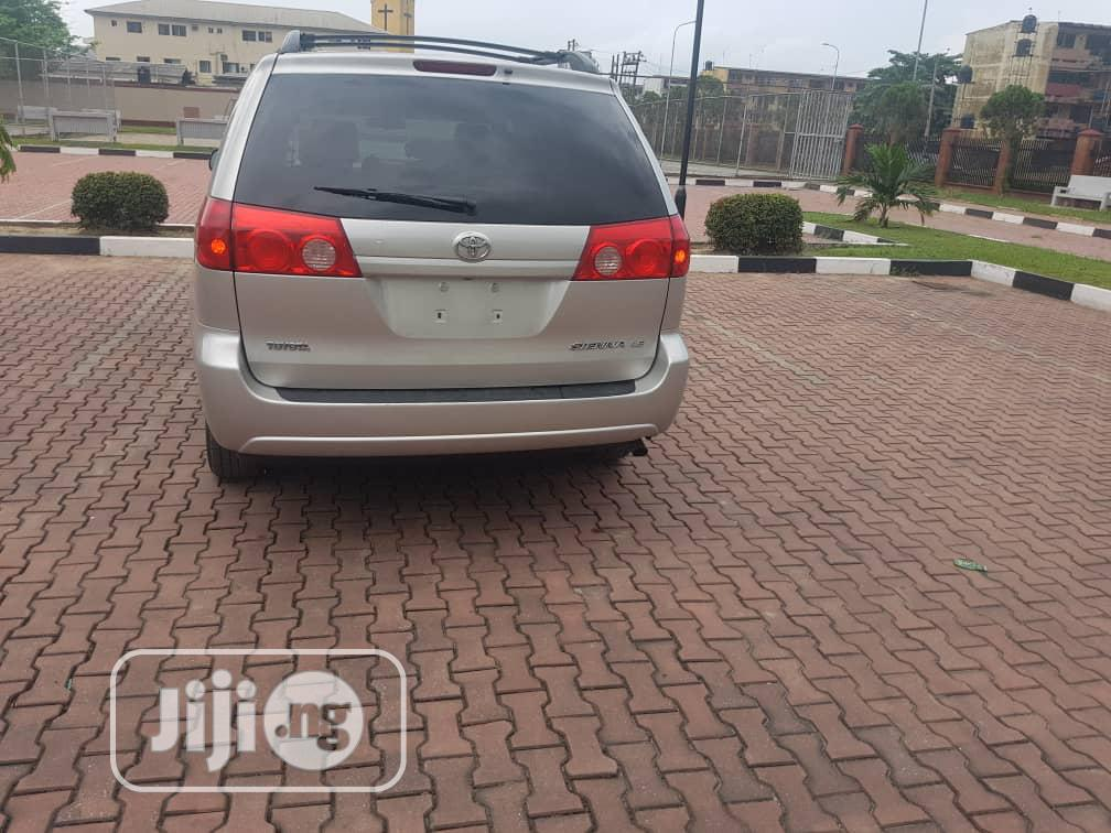Archive: Toyota Sienna 2009 LE AWD Gold