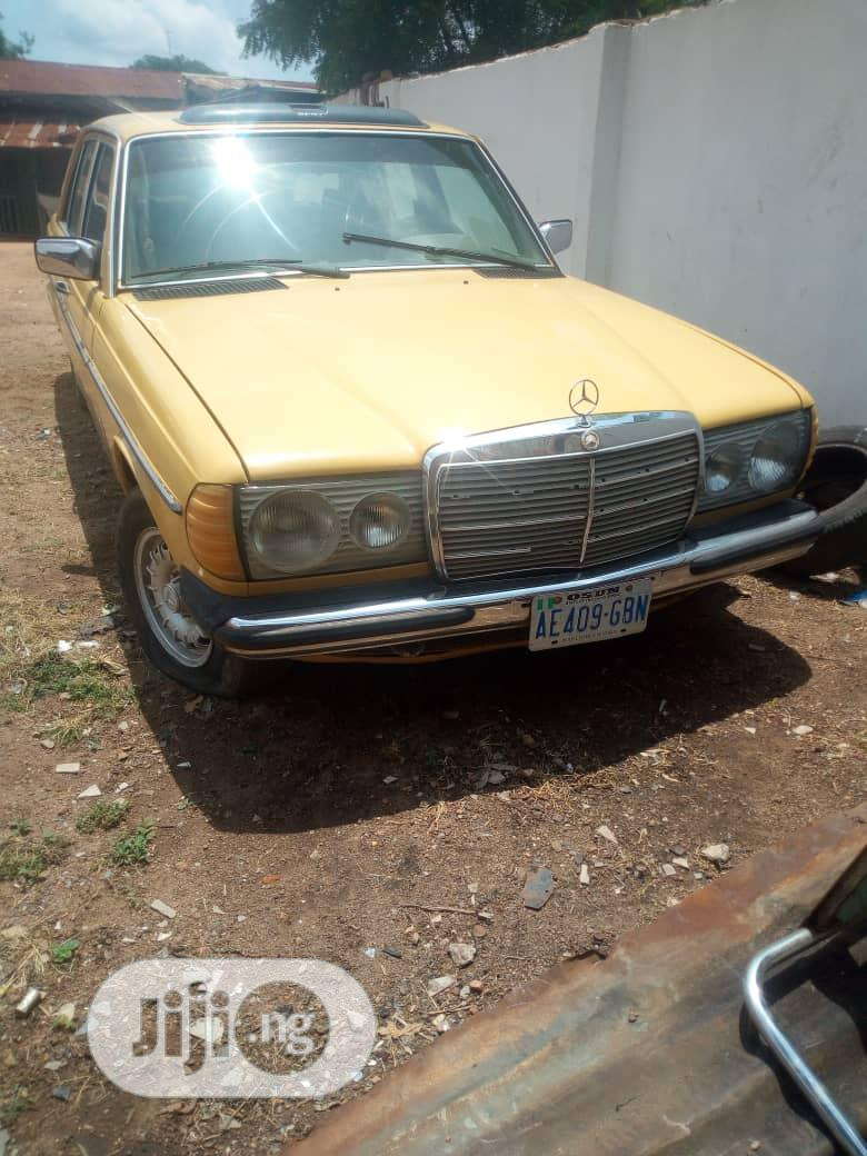 Archive: Mercedes-Benz 200E 1985 Yellow