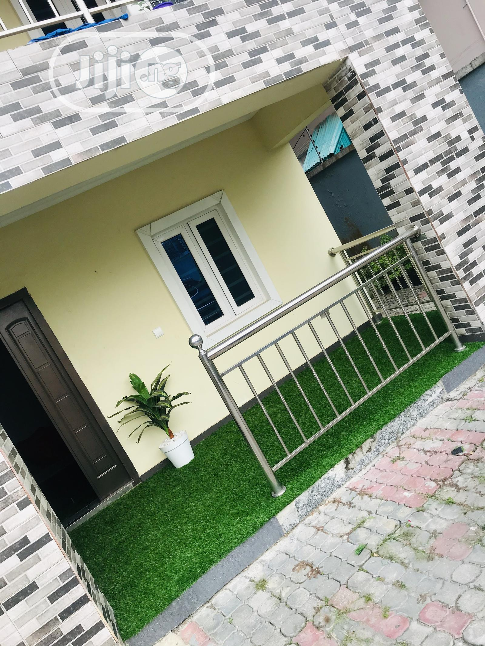 Sit Out Extension Beautify With Green Grass Rugs