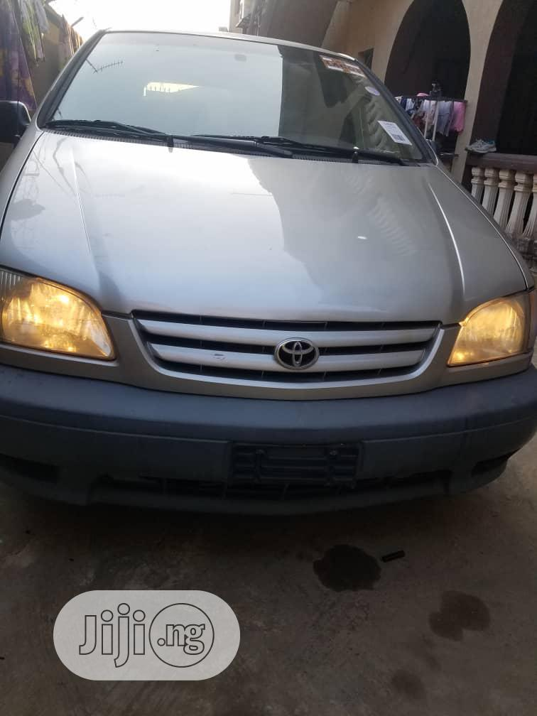 Toyota Sienna 1999 LE Gold