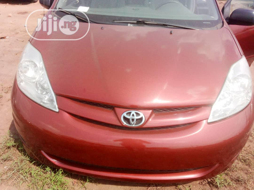 Toyota Sienna 2009 LE Red