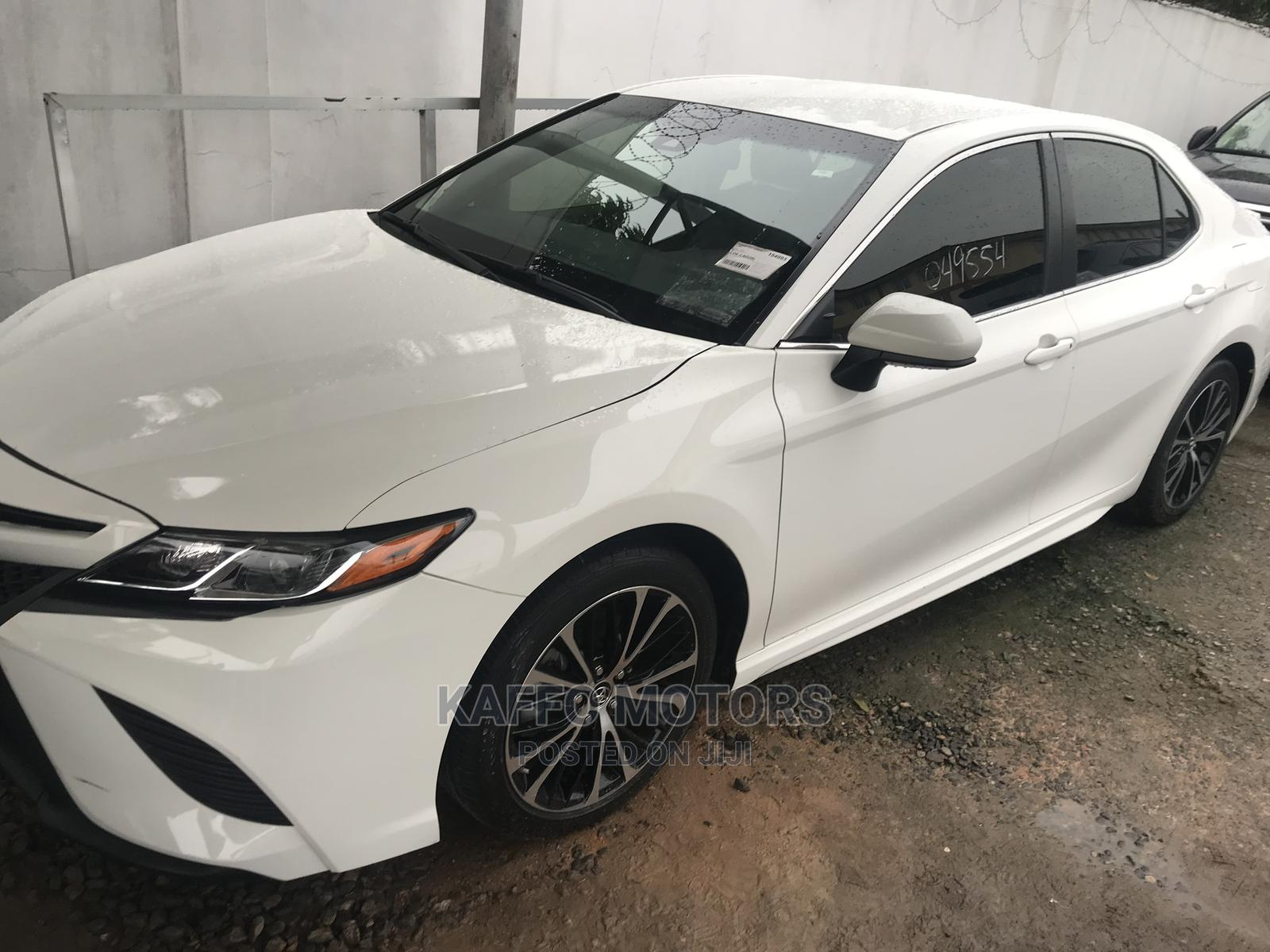 Toyota Camry 2018 SE FWD (2.5L 4cyl 8AM) White | Cars for sale in Ikeja, Lagos State, Nigeria
