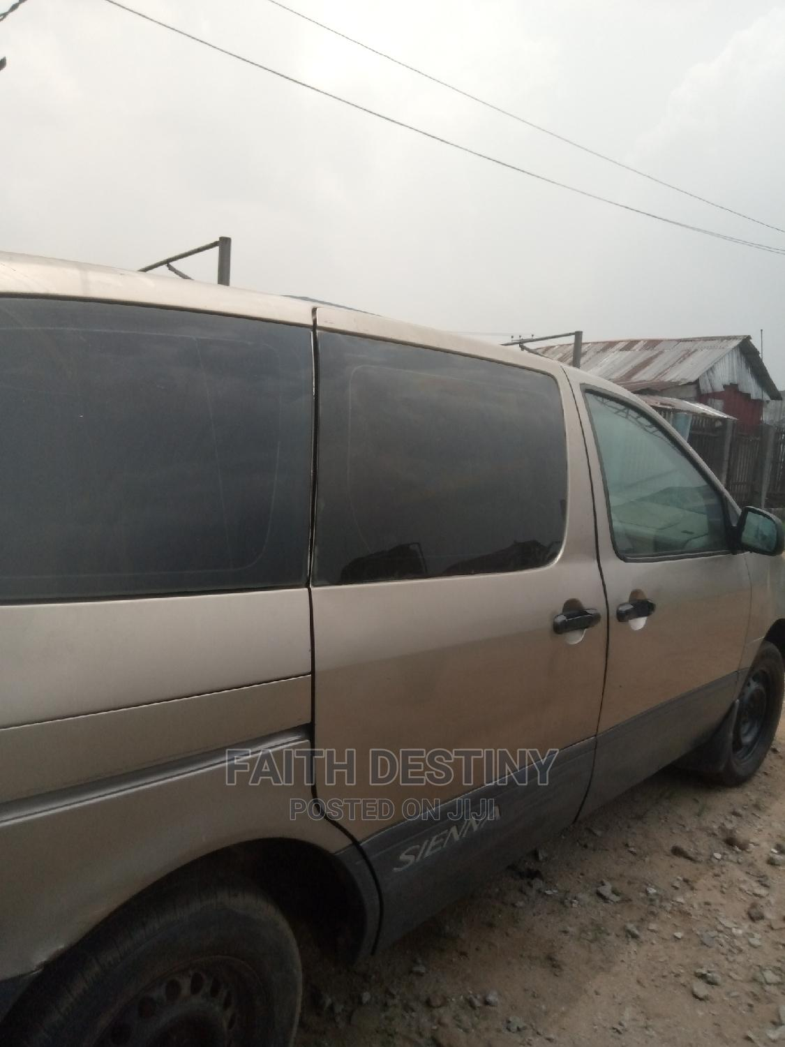 Archive: Toyota Sienna 2001 LE Gold