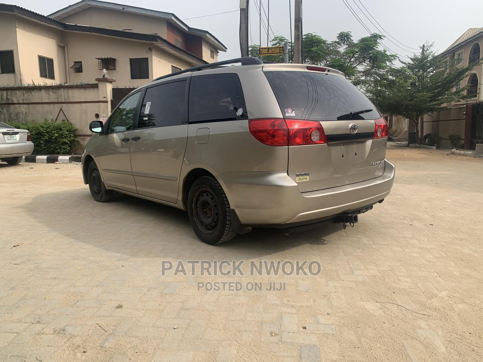 Archive: Toyota Sienna 2008 Gold
