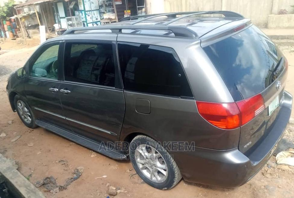 Archive: Toyota Sienna 2005 XLE Gray