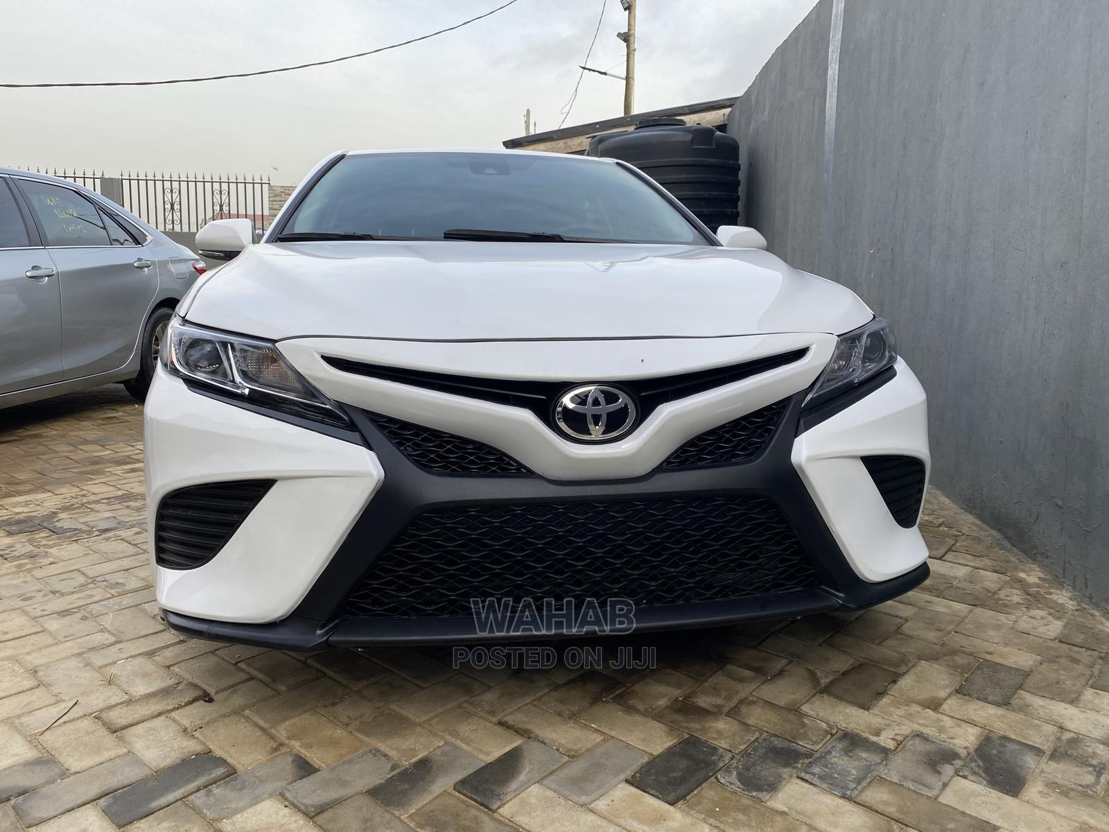 Toyota Camry 2018 SE FWD (2.5L 4cyl 8AM) White