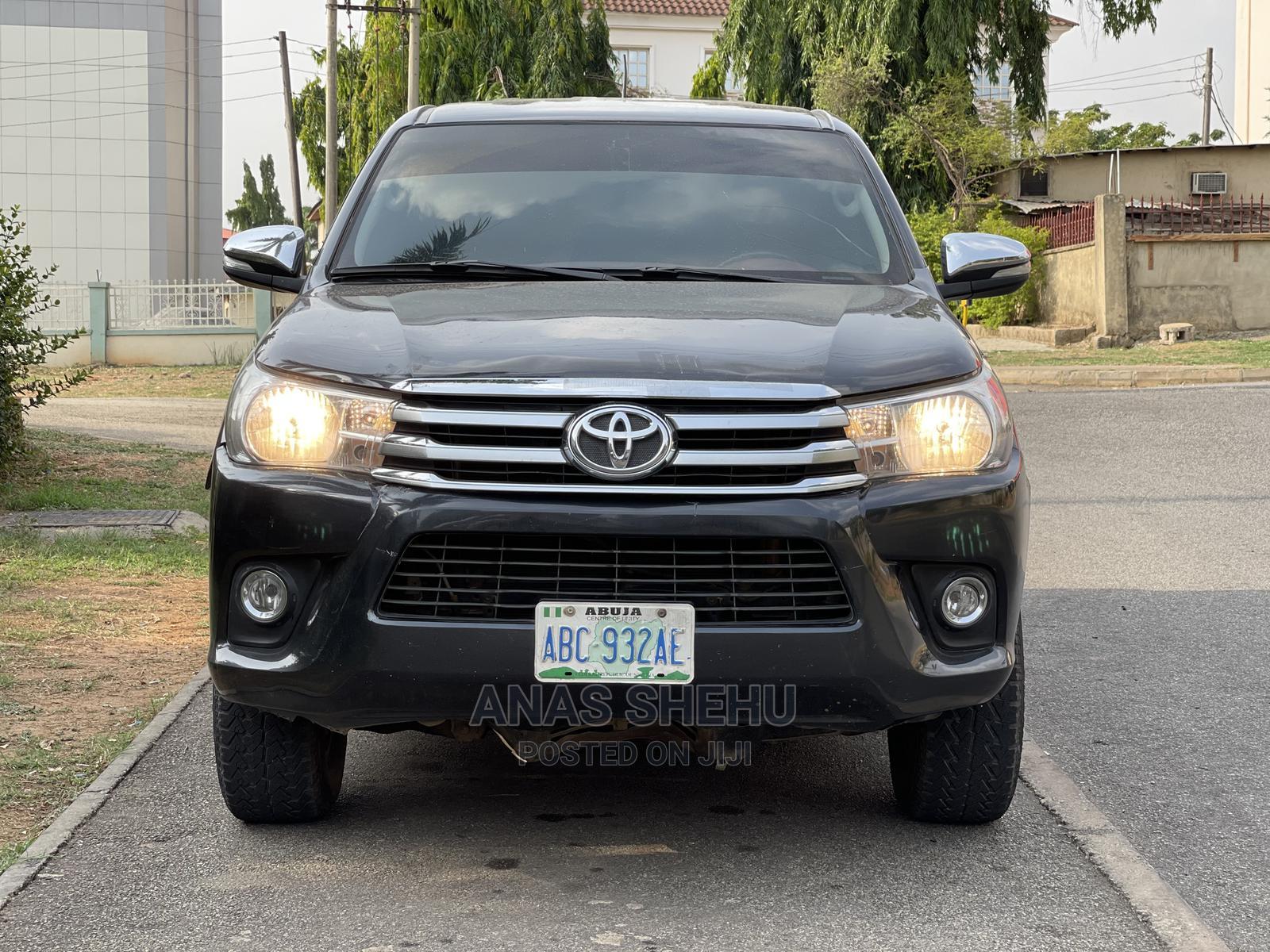 Toyota Hilux 2014 SR 4x4 Black | Cars for sale in Asokoro, Abuja (FCT) State, Nigeria