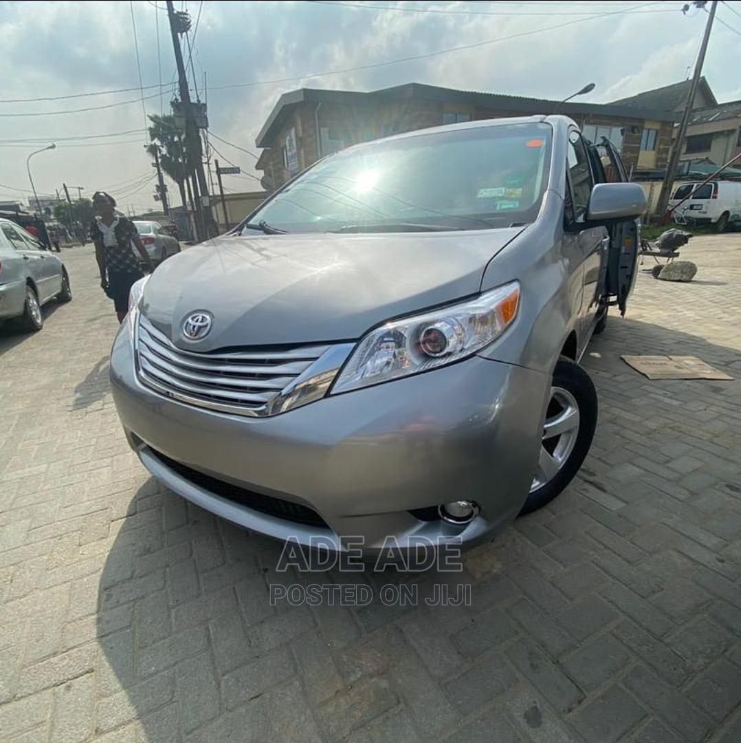 Archive: Toyota Sienna 2012 Silver