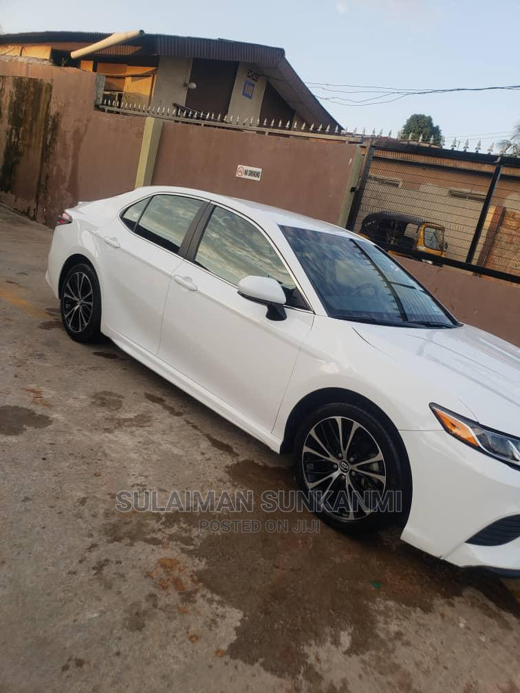 Toyota Camry 2018 SE FWD (2.5L 4cyl 8AM) White | Cars for sale in Alimosho, Lagos State, Nigeria