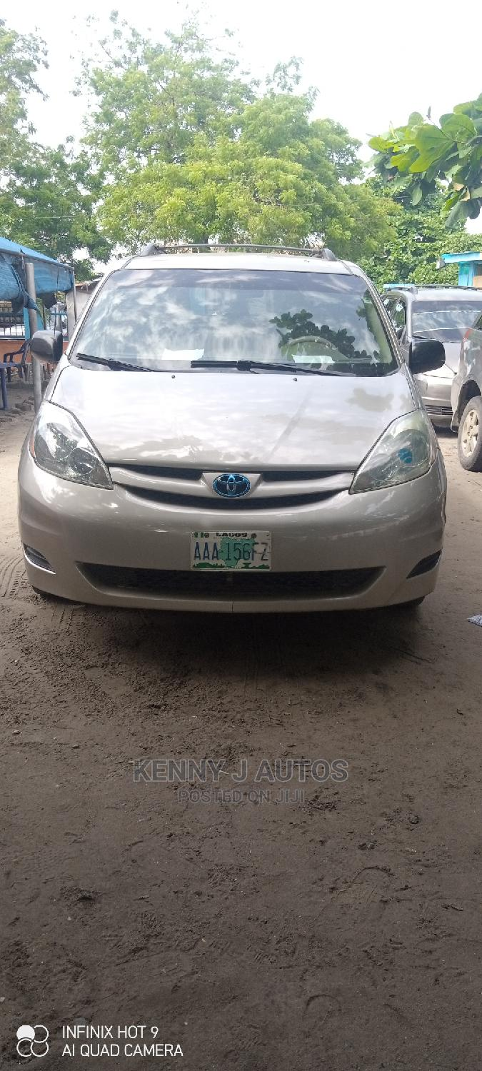 Archive: Toyota Sienna 2006 Gold