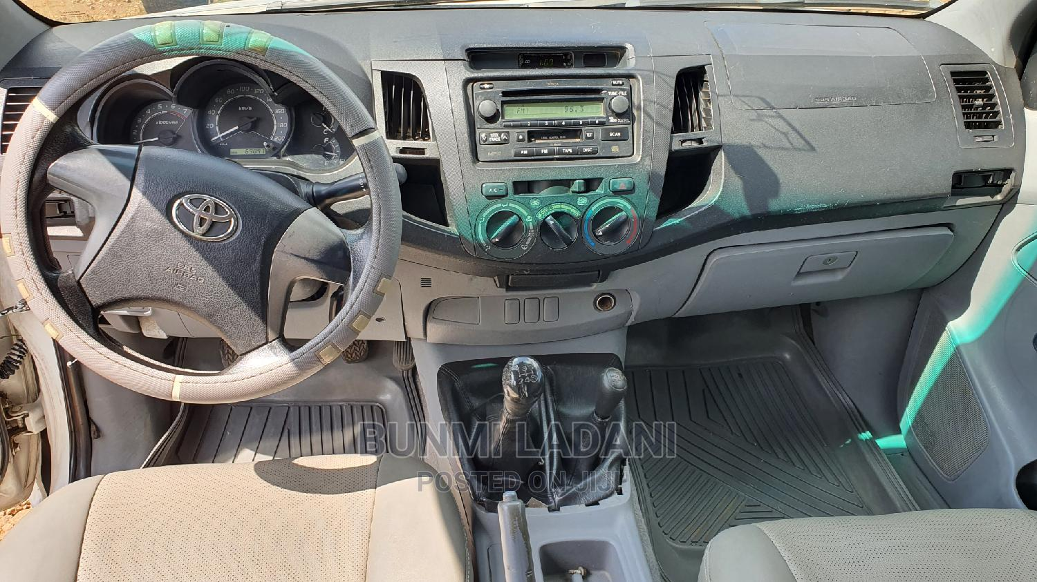 Toyota Hilux 2013 SR White | Cars for sale in Central Business Dis, Abuja (FCT) State, Nigeria