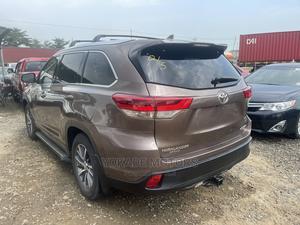 Toyota Highlander 2017 XLE 4x4 V6 (3.5L 6cyl 8A) Brown | Cars for sale in Lagos State, Ojodu