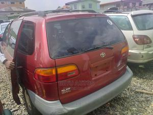 Toyota Sienna 1999 LE 4dr Red | Cars for sale in Lagos State, Agege